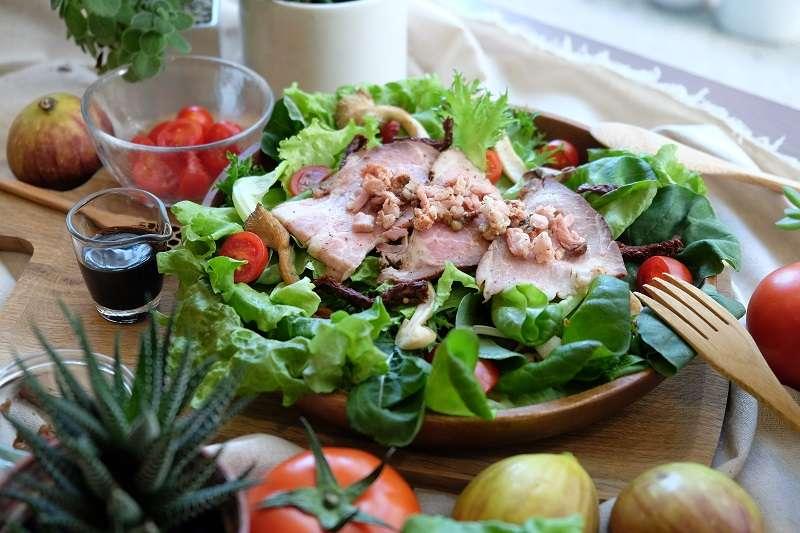 蔬食樂的蔬菜品種豐富、鮮脆,Menu中詳細各品種的口感,增添享用沙拉的樂趣。(圖/ 蔬食樂)