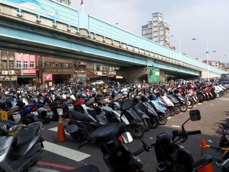 中山一路的免收費機車臨時停車場。(圖/張毅攝)
