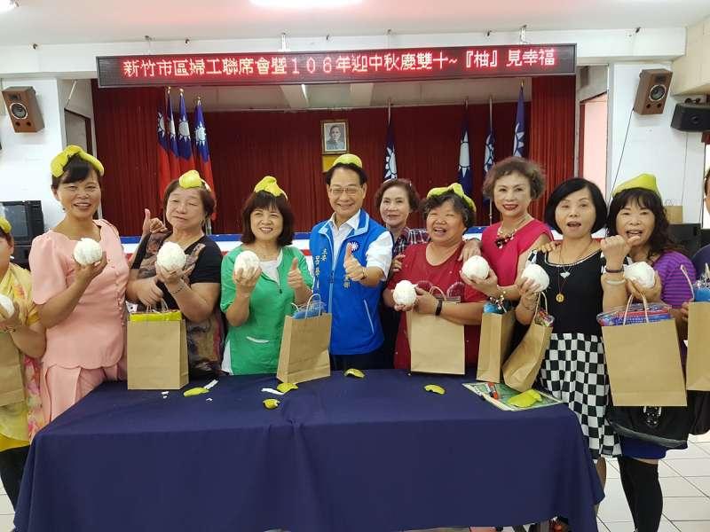 國民黨新竹市黨婦工會歡喜參與製作創意柚趣及剝柚彩繪活動。(圖/方詠騰攝)
