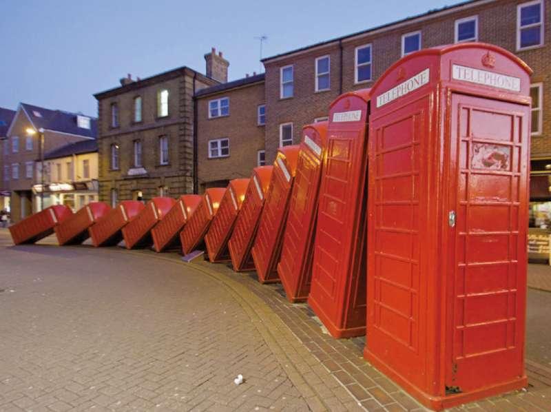 倒塌紅電話亭的英式幽默 Out of Order。(圖/麥田出版提供)