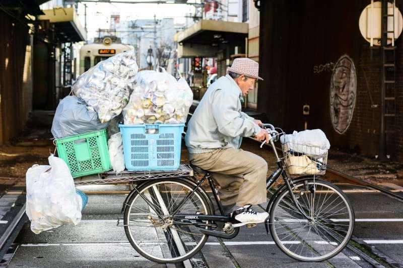 其實許多街友,都身兼多份工作。他們並非好吃懶做,而是拚死拚活還難以賺到足夠的錢生存下去...(示意圖/m-louis .®@Flickr)