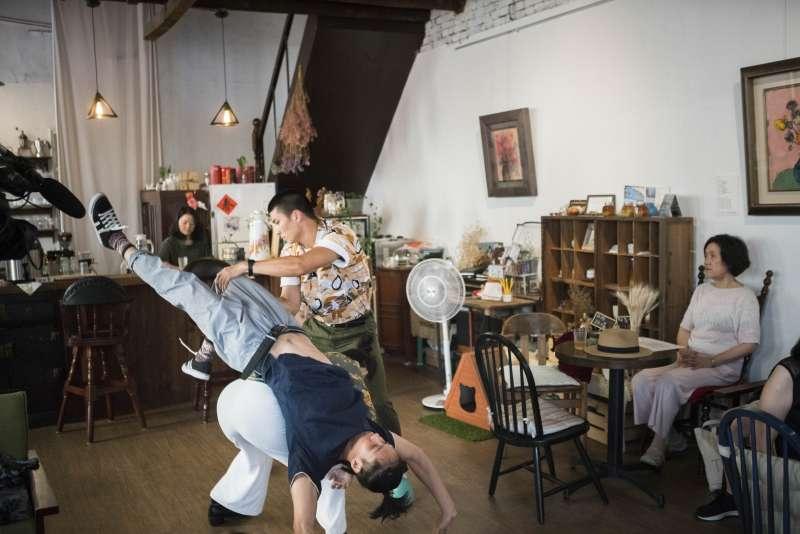 喝水、摔倒、戴耳機聽音樂,都可以是舞蹈(圖/臺北表演藝術中心提供)