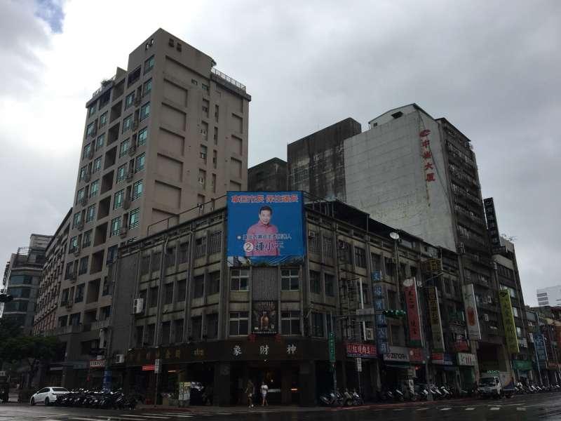 20171004-,台北市議員鍾小平廣告看板。(黃呂錦茹辦公室提供)