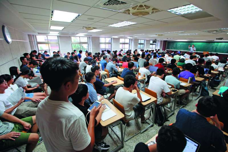 李錫錕講課的教室,被學生擠得水洩不通。(郭晉瑋攝)