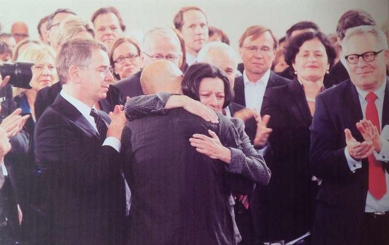 2012年10月14日,德國書業和平獎得主廖亦武在聖保羅教堂發表《這個帝國必須分裂》,之後,與赫塔.米勒相擁而泣。(廖亦武提供)