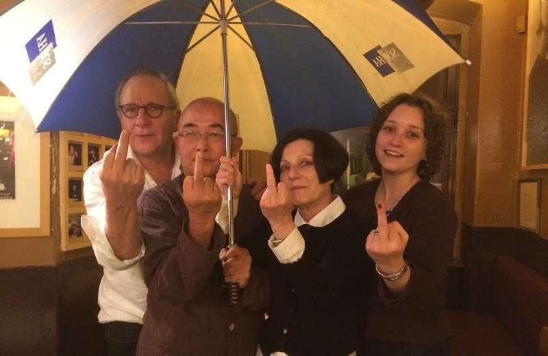 2014年11月7日,赫塔 米勒新書發布會後,赫塔 米勒、廖亦武、烏里等應邀去著名的巴黎酒吧,拍下了這張聲援香港雨傘革命的著名照片,由廖亦武臉書發表後,被東西方媒體轉載了上千次。.JPG