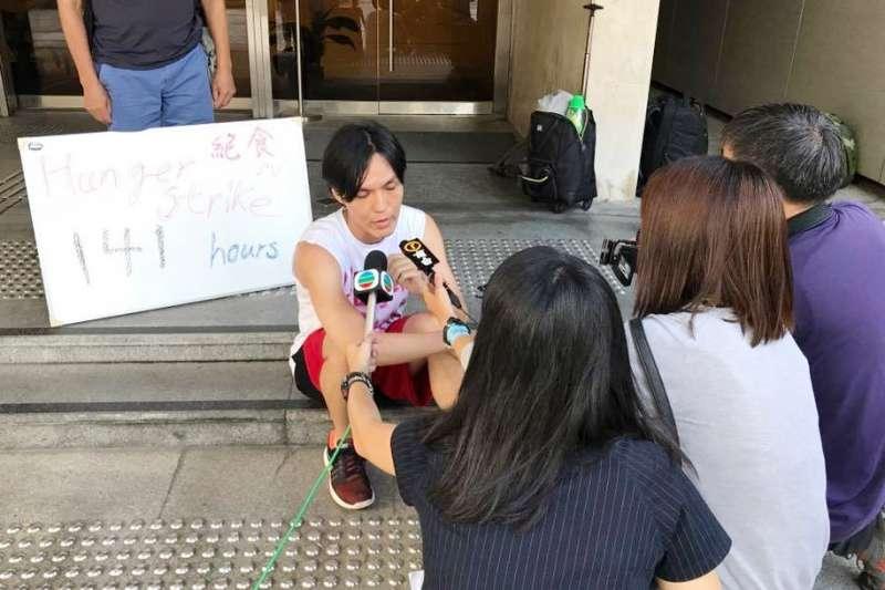 �沃�a2017年9月22日於香港�Y束142小�r�^食,�D�榈�141小�r接受�者�L��照(取自�沃�a���)