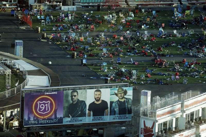 賭城拉斯維加斯槍擊案,被攻擊的音樂會現場一片狼藉。(美聯社)