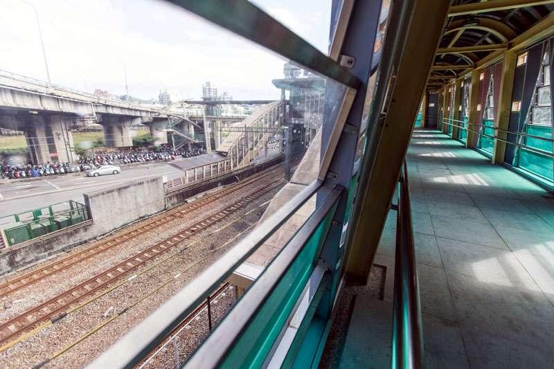 人行天橋沿著鐵道,方便民眾到月台搭火車。(圖/張毅攝)