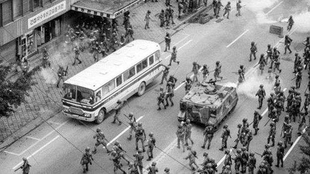 光州事件民眾與軍方衝突,最後軍方以武力優勢清場。(圖/YONHAP NEWS)