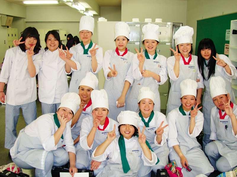 來自各地的同學們一起打拚,學著追各自的甜點夢想。(圖/遠流提供)