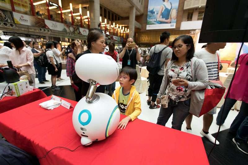 將展出的機器人,在火車站大廳讓民眾先睹為快。(圖/張毅攝)