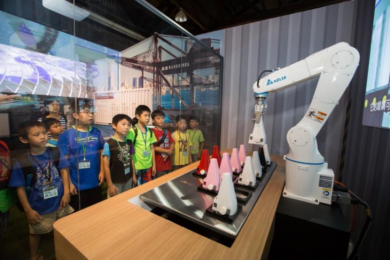 透過有趣的展演方式,台達機器手臂闡述智能製造概念(圖 / 台達電子)