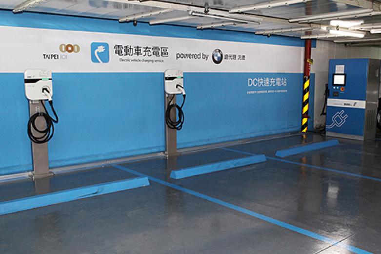 台北101大樓安裝的台達直流及交流電動車充電方案(圖 / 台達電子)