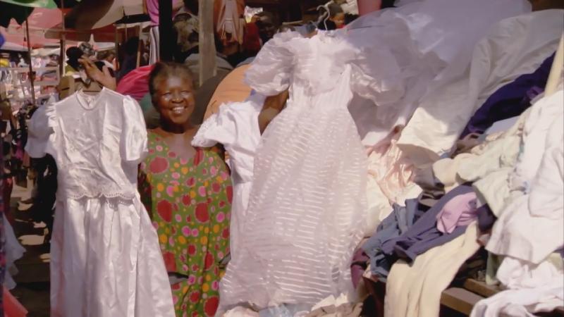 二手衣物在迦納相當普遍,連婚紗都可以是二手婚紗。(《你的二手衣去哪了》影片截圖)