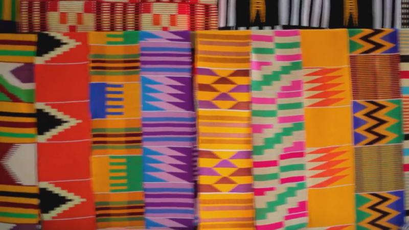 迦納當地的傳統布料,但在二手衣物的衝擊下,已經越來越少人會穿,也較難負擔這樣的價格。(《你的二手衣去哪了》影片截圖)