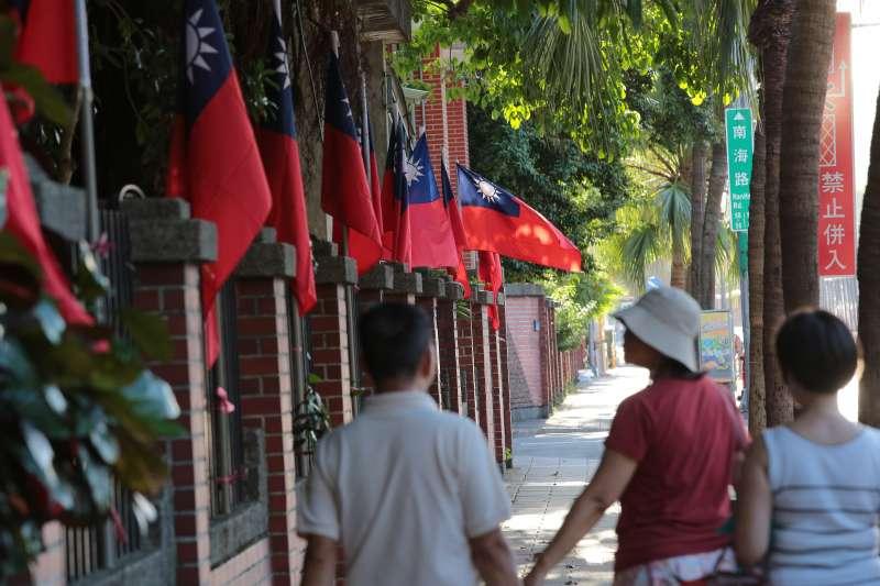 20171009-建中學生發起「把國旗插回南海路」活動,並將國旗插於校門旁的圍牆。(顏麟宇攝)