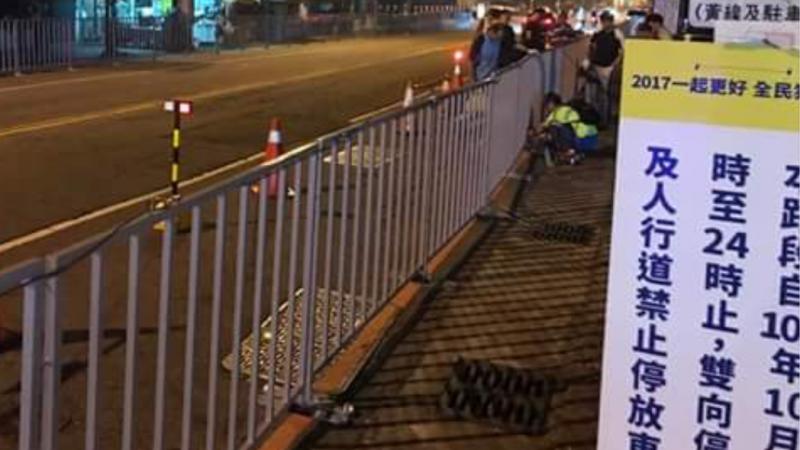 國慶晚會將於9日晚上7點舉行,周邊道路兩旁裝上了鐵欄,引起台中市民眾批評,質疑「圍城」作法太誇張。(截自蔡余祿臉書)