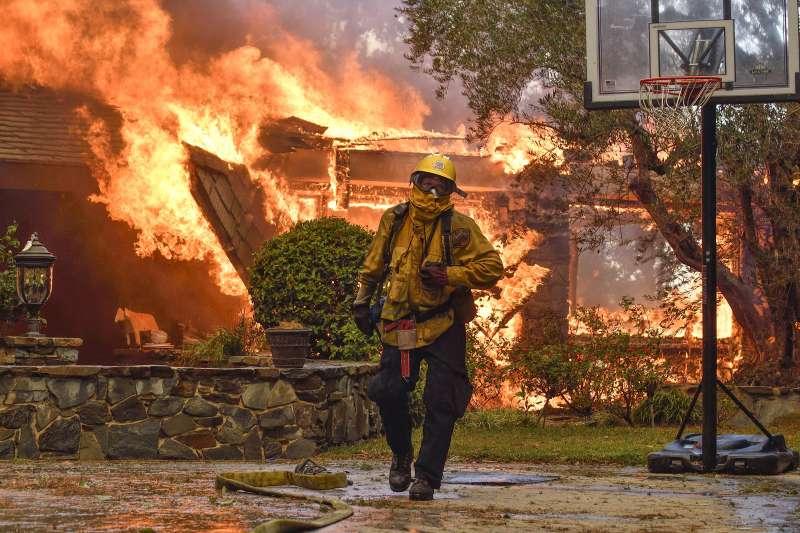 加州8日開始野火延燒,消防人員努力救災(AP)