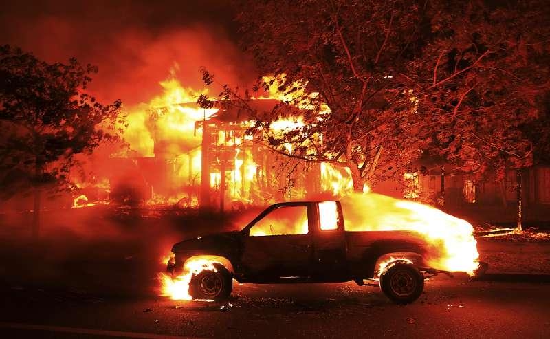加州8日開始野火延燒,許多民眾的房屋與車子都被燒毀(AP)