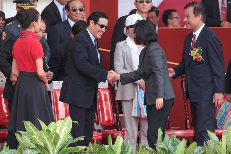 20171010-中華民國106年國慶典禮結束前,總統蔡英文前往與前總統馬英九握手致意。(顏麟宇攝)