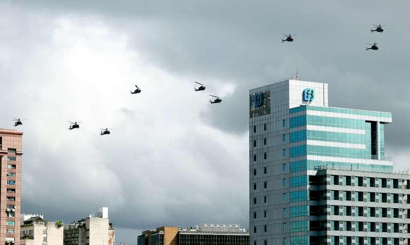 陸軍阿帕契、眼鏡蛇與戰搜直升機組成國軍旋翼機部隊,各以3架次整齊劃一緩緩通過主席台上空。這也是阿帕契等直升機首度飛越府前上空。(蘇仲泓攝).jpg