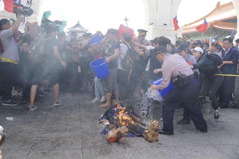 20171010-國慶大典,獨派團體舉辦中華民國告別式,於自由廣場焚燒殭屍警方趕緊滅火。(盧逸峰攝)