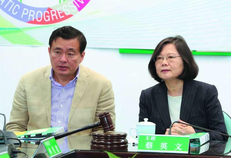 洪耀福(左)的「嘉義經驗」,助他成為總統重臣。(郭晉瑋攝)