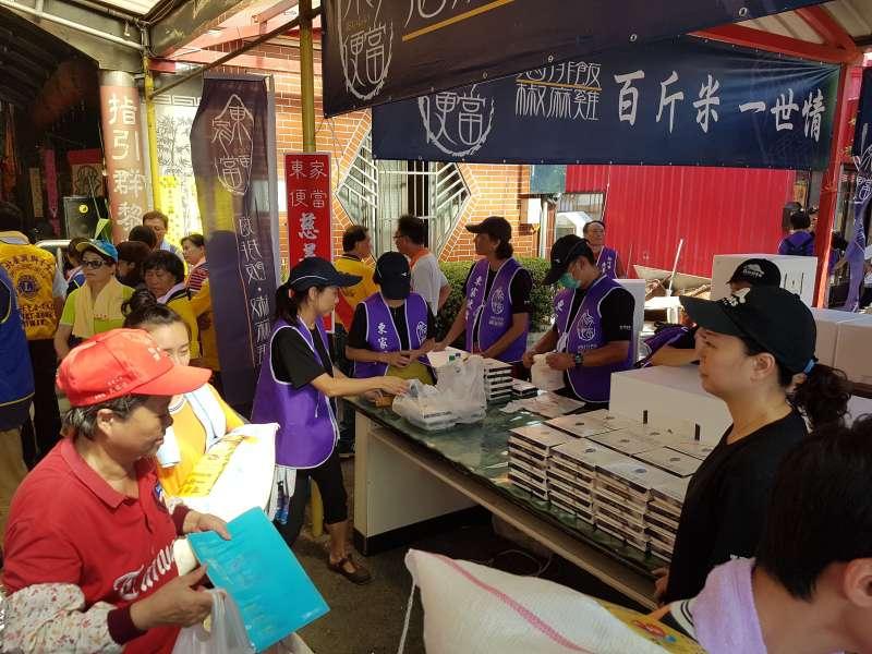 新竹知名「東家便當」現場提供1000個愛心便當,供弱勢族群免費取用。(圖/方詠騰攝)