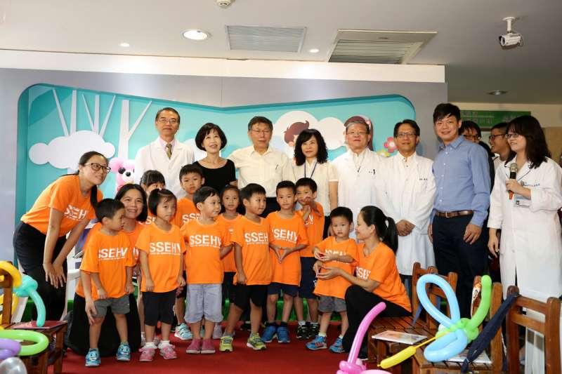 20171011-台北市長柯文哲11日下午前往台北市立聯合醫院和平婦幼院區,與夫人同時也是聯合醫院醫師的陳佩琪、伴讀熊讚一起為孩童說故事。(台北市政府提供)