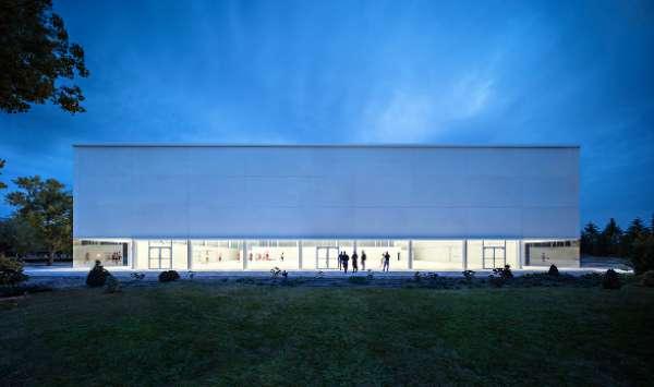 體育館西南立面底部一條全透明的玻璃牆,讓場館在夜間彷彿一個巨大的燈箱。(圖/Alberto Campo Baeza,明日誌提供)