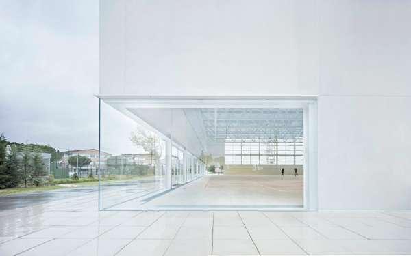 大面積玻璃帶來了視覺的通透性,讓建物和校園不再涇渭分明,兩者和諧共存。(圖/Alberto Campo Baeza,明日誌提供)