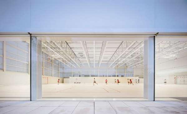 體育館不只外部以白色為主軸,裡面的運動場也幾乎都是白色,不同於一般體育場館多彩的設計。(圖/Alberto Campo Baeza,明日誌提供)