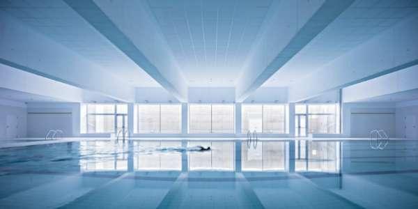 淨白的室內映照著藍色泳池,一如體育館其他空間,讓人感到舒適輕鬆。(圖/Alberto Campo Baeza,明日誌提供)