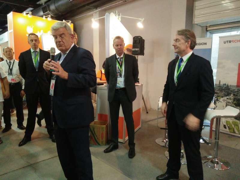荷蘭城市聯會主席的烏特勒支市長范贊能致詞。(圖/龔傑森攝)