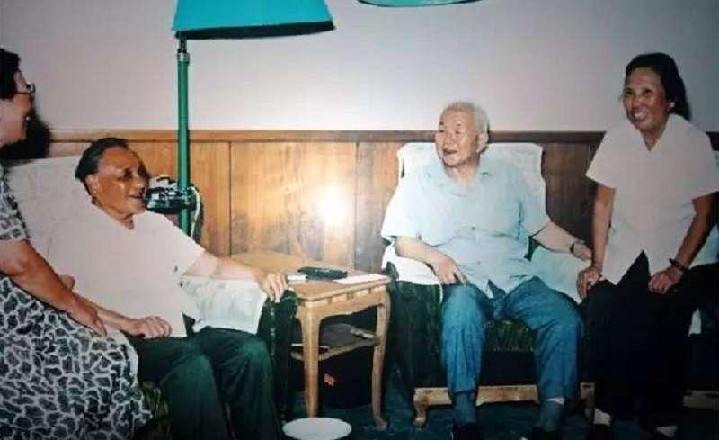 鄧小平夫婦(左)與黃鎮夫婦(右)。