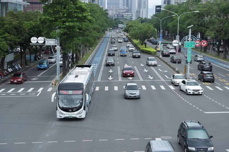 優化公車專用道10月16日夜間起將逐段刨鋪路面,進一步提升優化公車服務品質。(圖/臺中市政府提供)