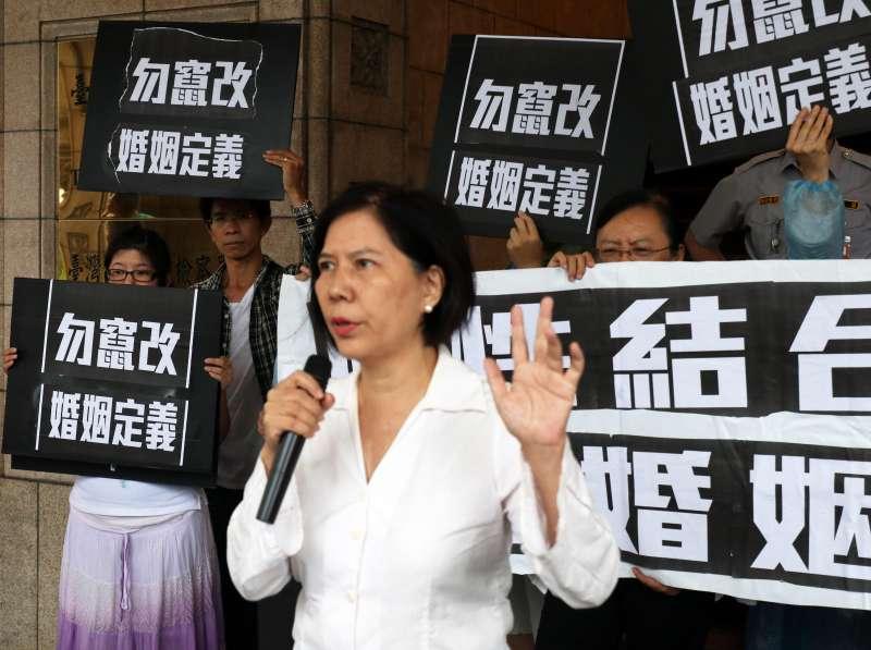20171013-反同婚團體下午在司法院外召開「誰在玩弄台灣的法律?--針對高等行政法院首宗同婚登記判決」記者會。(蘇仲泓攝)