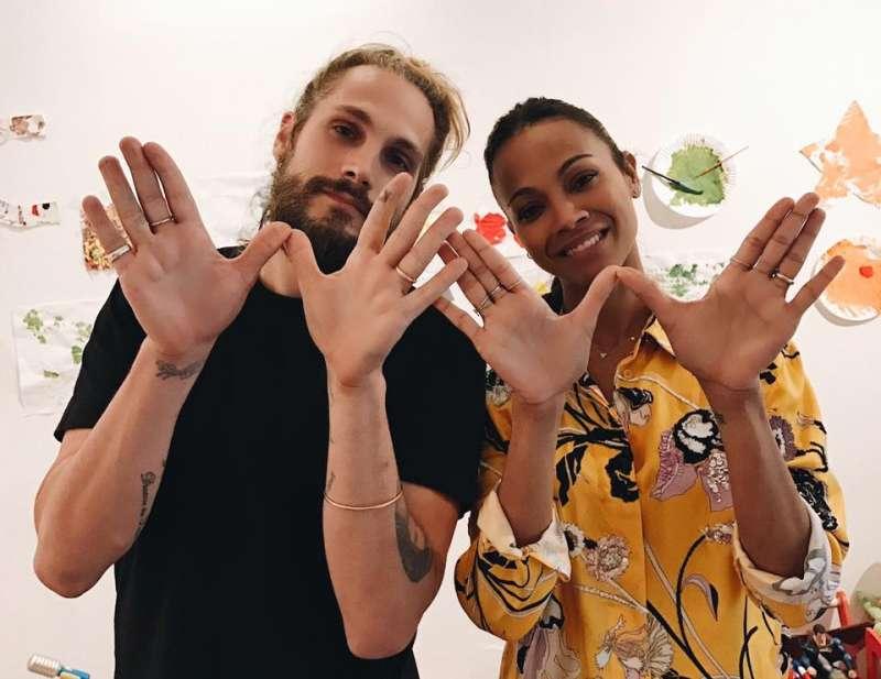 電影《阿凡達》飾演納美人公主的柔伊莎達娜(右),3年前與藝術家老公馬可佩瑞戈(左)結婚,老公就為愛冠妻姓。(取自Zoë Saldana臉書)