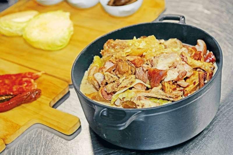 像是「大雜燴」這道菜,就是糅合多種中西食材的什錦鍋!(圖/力報)