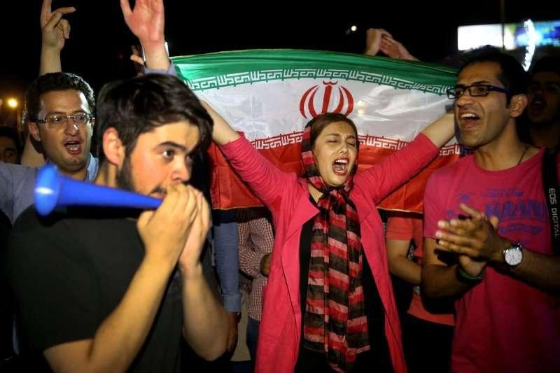 2015年,伊朗核協議出爐後,伊朗首都德黑蘭民眾歡欣鼓舞(AP)