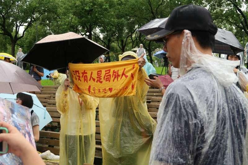 2017-10-15-副總統陳建仁15日出席《貧窮人的台北》植樹儀式,台下民眾高舉「沒有人是局外人」標語02。(朱冠諭攝)