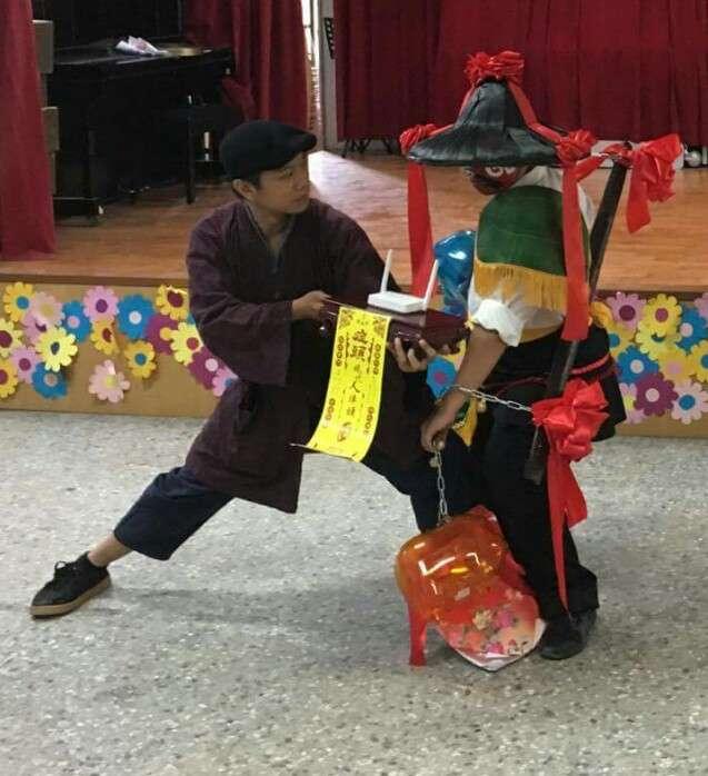 2017-10-15-「症頭」台南獻藝作陣記者會,把將爺出巡前用香的儀式 ,改為用wifi。(周能安暨眾等提供)