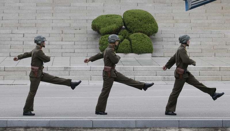 北韓人民軍儀隊踢正步。(美聯社)