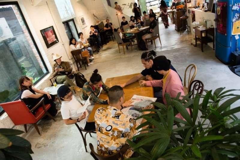 看似尋常的咖啡館空間,其實已經介入了表演藝術。(攝影/藍森松)