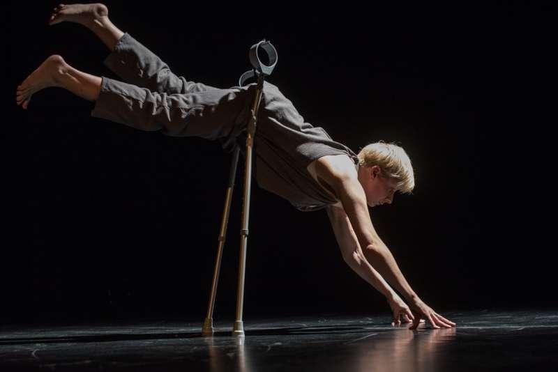 英國身障表演藝術《給我一個活下去的理由》展現不可思議的美麗與驚人力量。(圖/兩廳院【2017舞蹈秋天】提供)