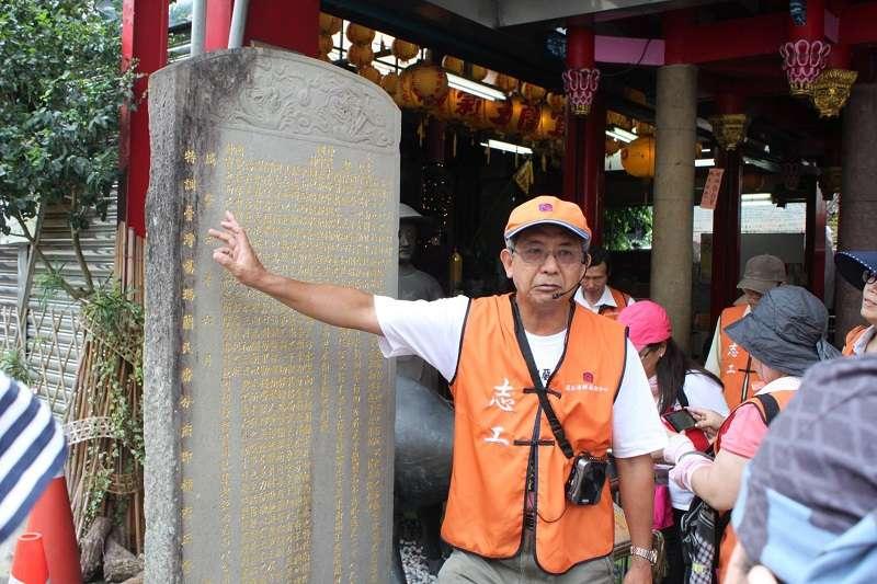 徐惠隆擔任宜蘭古城文化巡禮的志工解說員。(李忠雄攝/取自徐惠隆臉書)