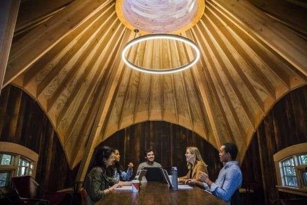 屋內採用炭化木牆、搭配自然採光的天窗。(圖∕取自Microsoft,數位時代提供)