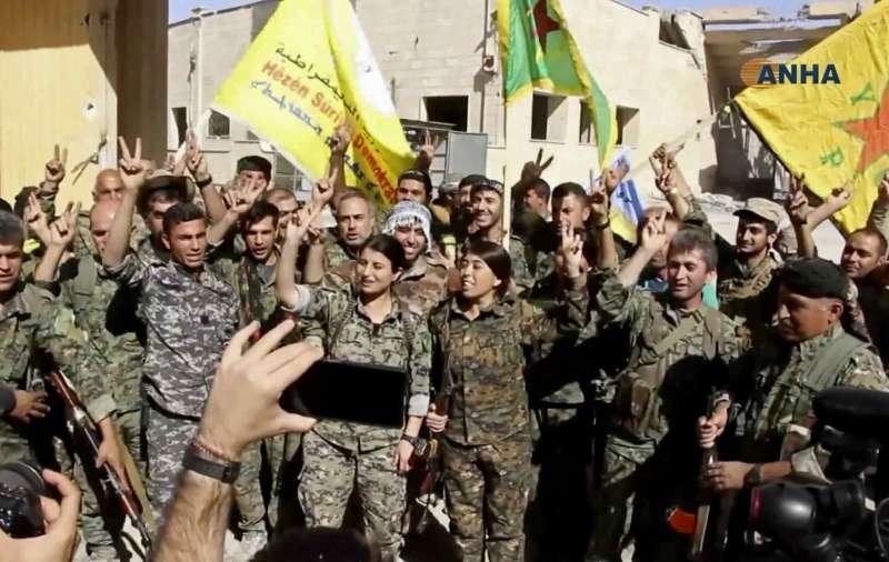 以庫德族為主力的「敘利亞民主軍」(SDF)已經攻克伊斯蘭國(IS)的「首都」拉卡,並在市區慶祝(AP)