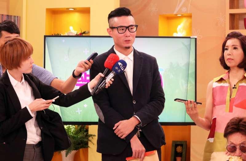 20171019-資深體育主播傅達仁的兒子傅俊豪下午陪同父親出席節目錄影,會前並接受媒體訪問。(蘇仲泓攝)